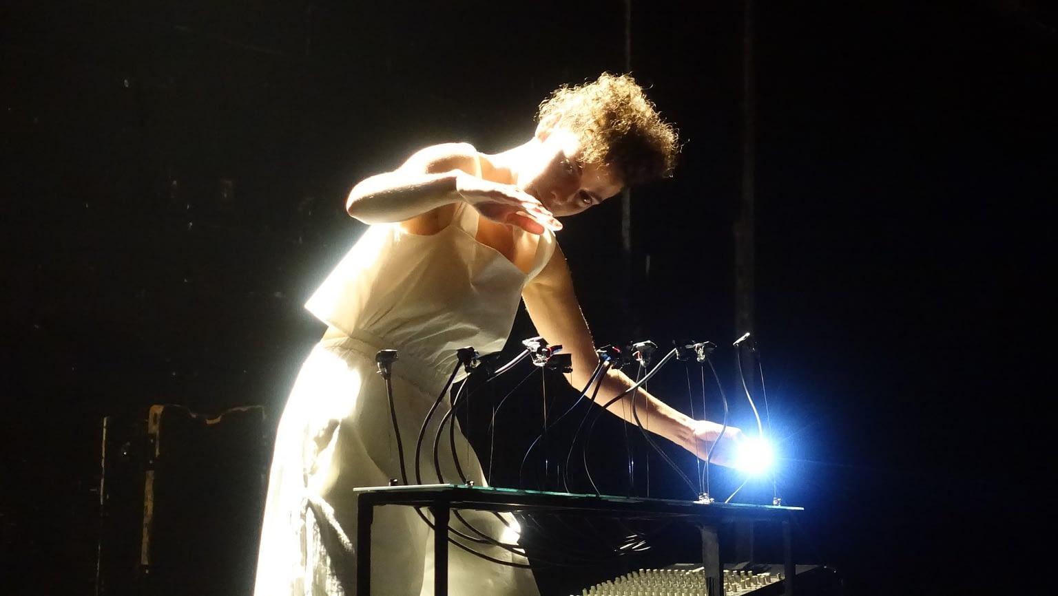 performance pour revéler en son les mélodies de pierres photovoltaïques grâce à des micros piezo
